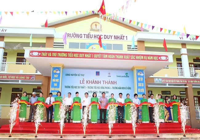 Các đại biểu tham gia cắt băng khánh thành các công trình Trường Tiểu học Duy Nhất 1, Trường Tiểu học Hồng Phong 1 và Trường mầm non Vũ Hồng